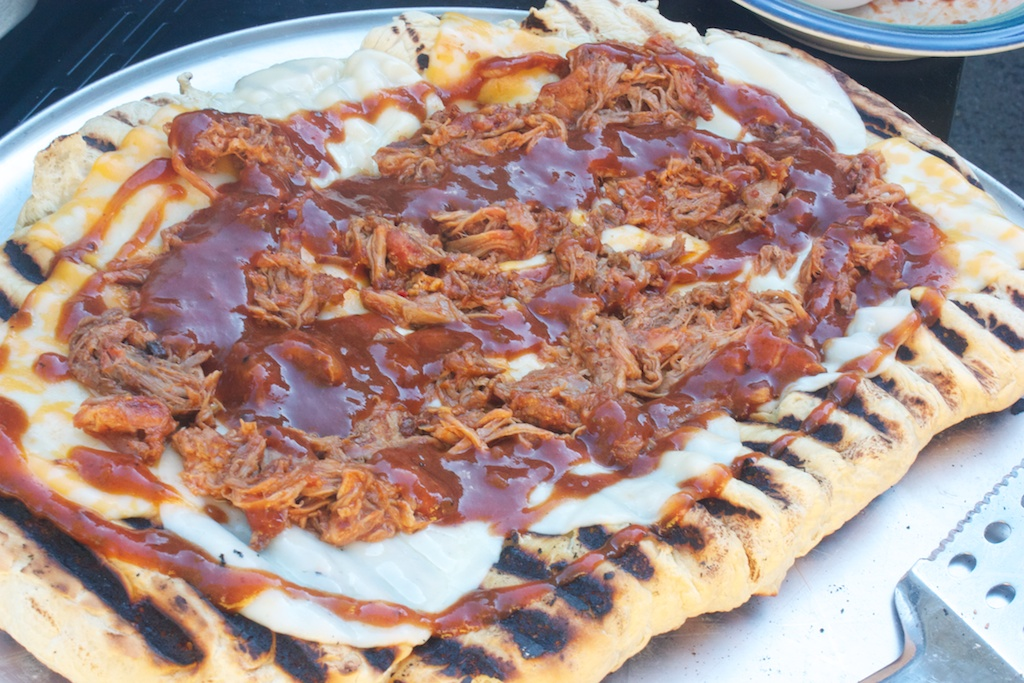 Sunday dinner: Grilled pizza II (pulled pork edition)